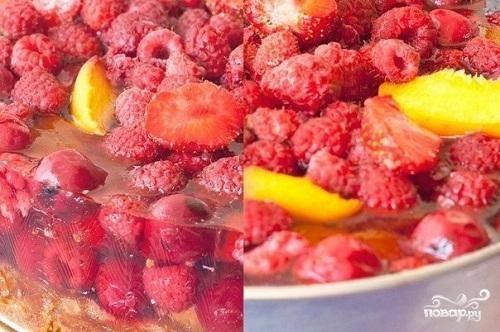 5.Пока торт печется, приготовьте ягоды.  Свежие ягоды надо перебрать и промыть. Залить их 2 стаканами горячей воды и слить эту воду в отдельную посуду. Желатин распустить в стакане воды, смешать с водой, в которой бланшировались ягоды.  На остывший чизкейк выложить ягоды и залить их желе. Поставить в холодильник часа на 1,5-2, чтобы желе застыло.