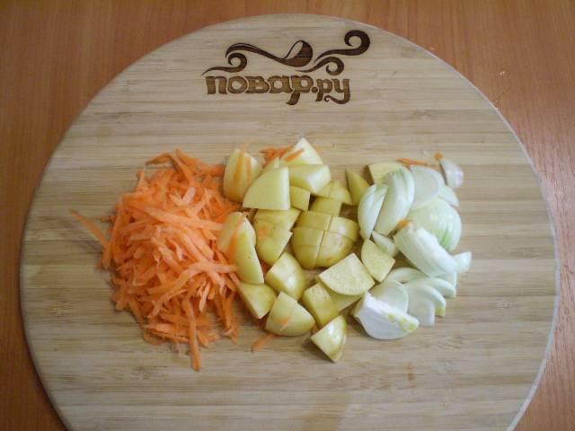 2. Лук, морковь, картофель порезать.