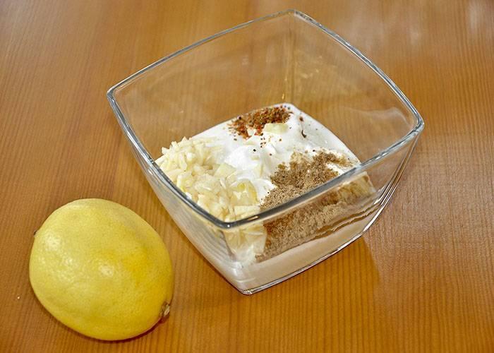 Сметану выкладываем в мисочку, добавляем к ней измельченный чеснок, специи и соль, перемешиваем все.