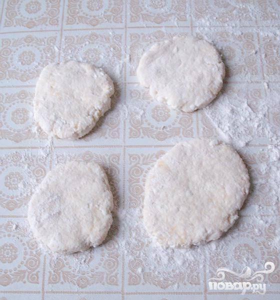 3.В холодной воде смачиваем руки (для того, чтобы тесто не так приставало к рукам), и формируем небольшого размера сырнички. Запанируем их в мелко помолотых сухариках или в муке.