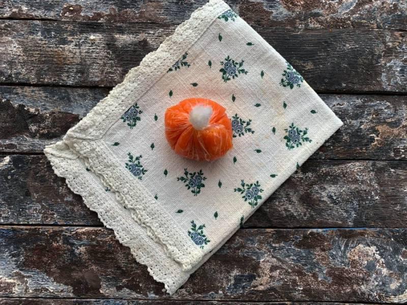 С помощью пленки оберните салат морковью.