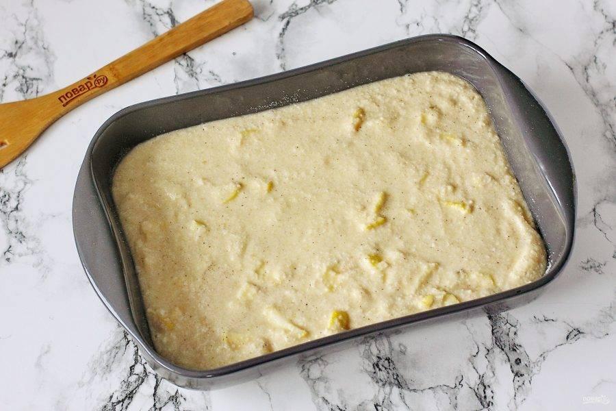 Переложите тесто в смазанную маслом форму. Дно и бока присыпьте мукой или манкой. Выпекайте пирог в духовке при температуре 180 градусов около 40-50 минут.