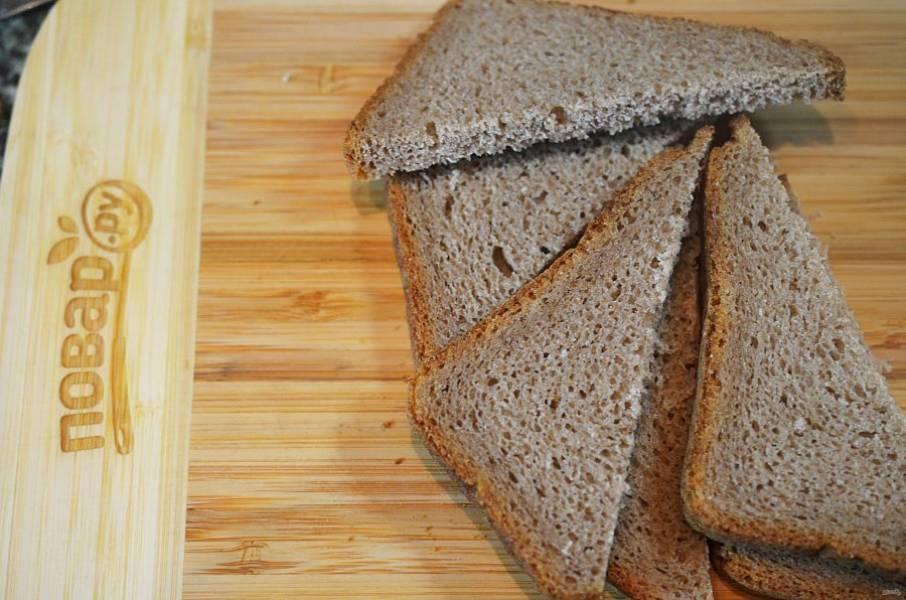 1. Хлеб нарежьте треугольниками или как вам больше нравится.