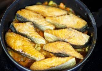 """5. Нужно на время вынуть половину овощной смеси из мультиварки. Надо выложить кусочки рыбы, и затем вернуть овощи """"на место"""""""