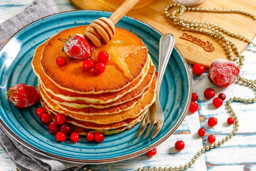 Выложите их на тарелку, подайте к столу горячими с цветочным медом и различными ягодами, топпингом.