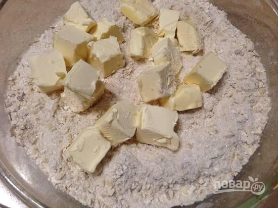 2. Добавим 70 грамм холодного сливочного масла и перетираем все в крошку.