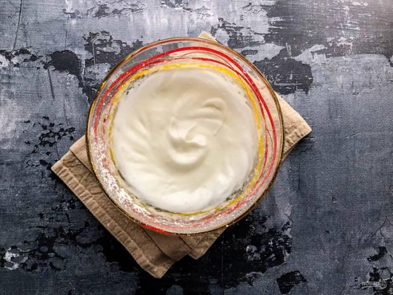 Яйцо разбейте, отделите желток от белка. Белки взбейте с щепоткой соли и кукурузным крахмалом до пышной, устойчивой пены.