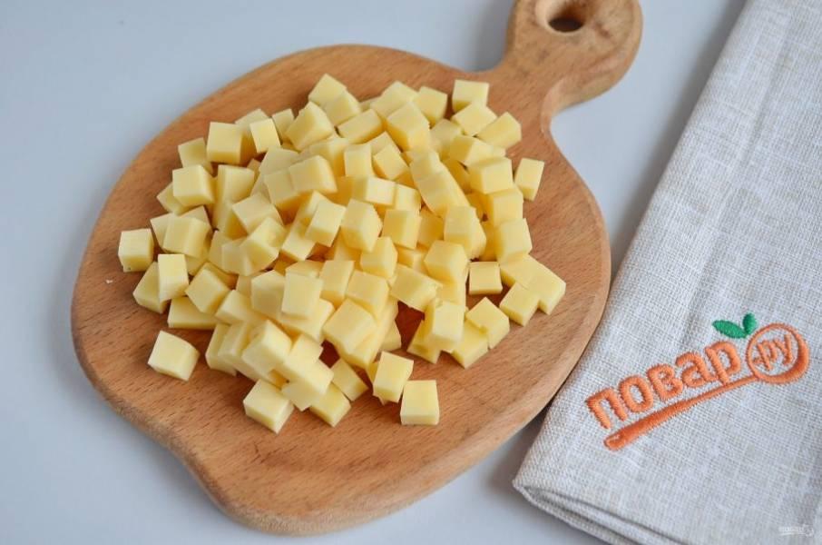 4. Твердый сыр порежьте кубиками.