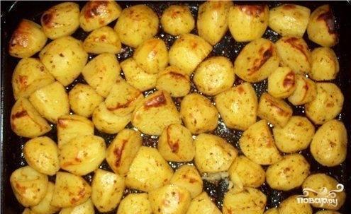 Отваренный картофель поливаем соусом и перемешиваем. Затем картофель с соусом выкладываем в форму, смазанную растительным маслом и ставим в духовку разогретую до 200 градусов на 25-30 минут, до образования красивой золотистой корочки.