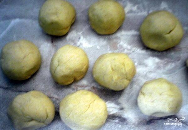 Разделите тесто на 8-10 частей. Накройте шарики влажным, чистым полотенцем на 5 минут.