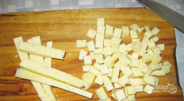 3. Туда же — сыр, нарезанный кубиками, и кедровые орешки.