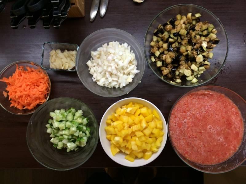 Моем, чистим и нарезаем все овощи. Из помидоров делаем пасту - ошпарите, снимите шкурку, измельчите в блендере.