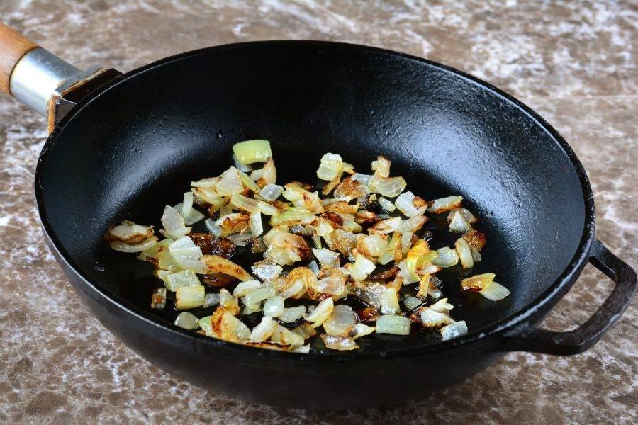 Обжарьте лук на растительном масле до золотистого цвета. Масла используйте немного, буквально 0,5 ст. л.