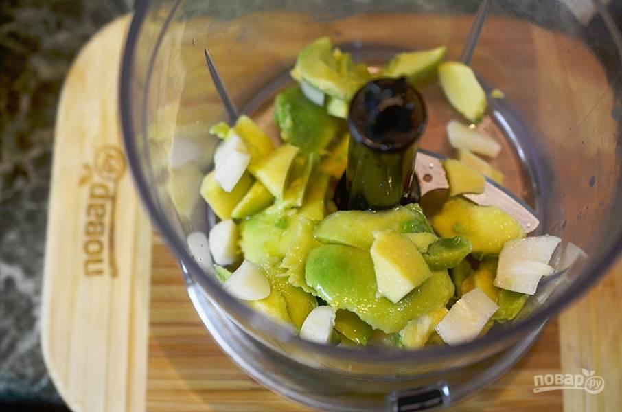 6. В чашу блендера сложите все ингредиенты для соуса.