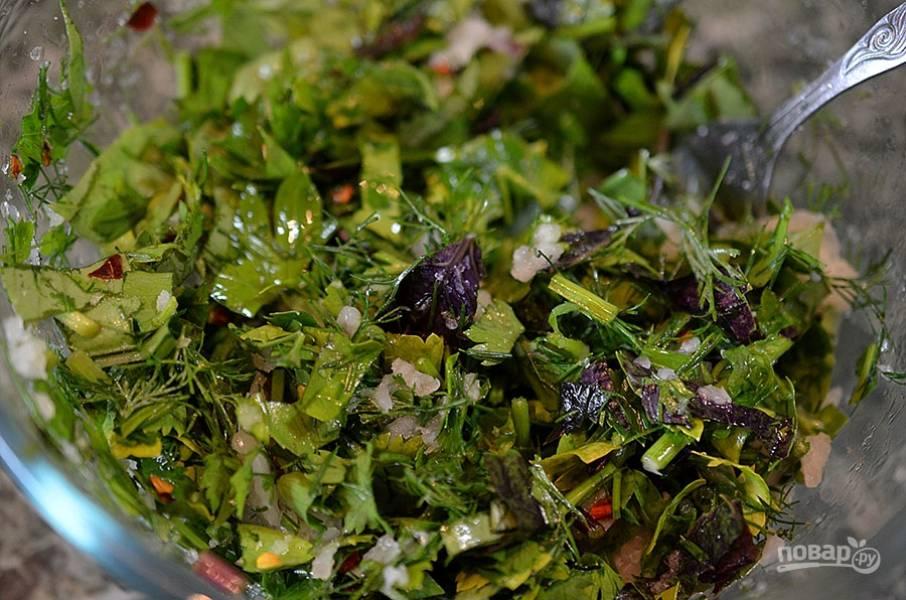 4. Нарежьте зелень, чеснок, чили, добавьте 1 ст.л. соли, 1 ст.л. уксуса, перемешайте.