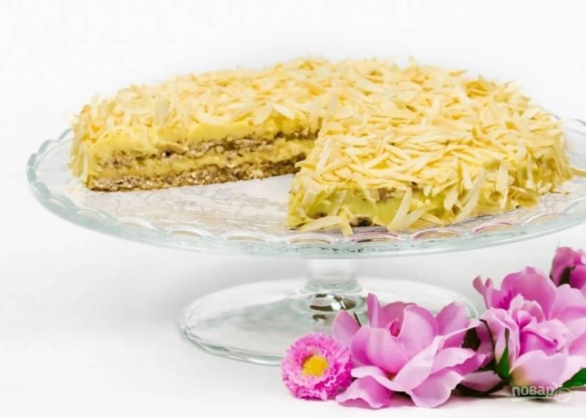 6.  Посыпьте торт миндалем, измельченным лепестками с помощью ножа (их необходимо слегка подсушить на сухой сковороде). Отправьте торт в холодильник на 2 часа. Приятного аппетита!