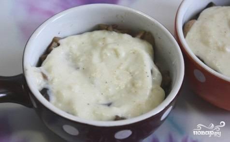 На оставшимся сливочном масле обжарьте муку. Мука должна хорошо перемешаться со сливочным маслом. Затем добавьте молоко, вливайте его постепенно, и мешайте до загустения соуса. Полученный соус разлейте по формочкам для выпекания на жульен из языка.