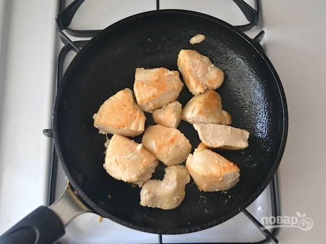 3.Куриное филе мою и вытираю салфетками, нарезаю крупно и обжариваю на сковороде.