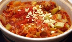 Через пять минут добавьте обжаренный лук с морковью и чеснок.