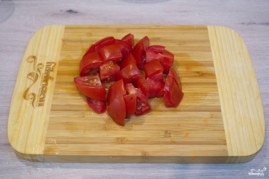 Свежие томаты нарежьте кубиком и добавьте к кабачкам. Тушите все до готовности. В конце тушения добавьте соль, немного молотого перца и имеющихся трав-приправ на ваш вкус.