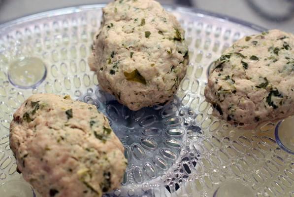 7. Биточки из индейки в домашних условиях готовятся около 20-30 минут, в зависимости от размера. Подавать биточки к столу горячими с гарниром или овощами.