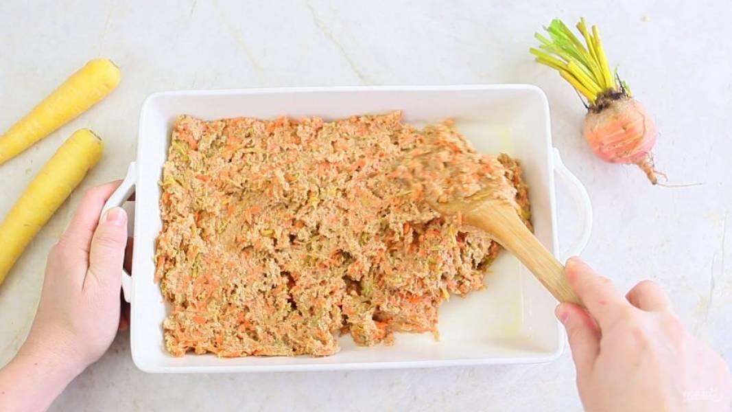 5. Далее добавьте лимонный сок, сироп, пюре, морковь и свеклу. Замешайте тесто. Выложите его в прямоугольную форму для выпечки. Запекайте тесто 20 минут при 175 градусах в духовке.