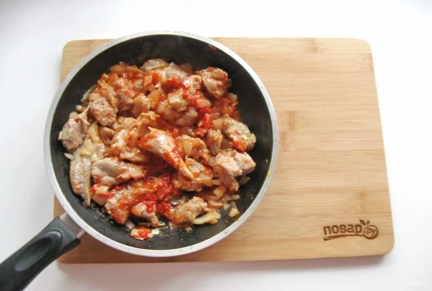 Перемешайте мясо, лук и томатную пасту. Потомите 7-8 минут в сковороде.