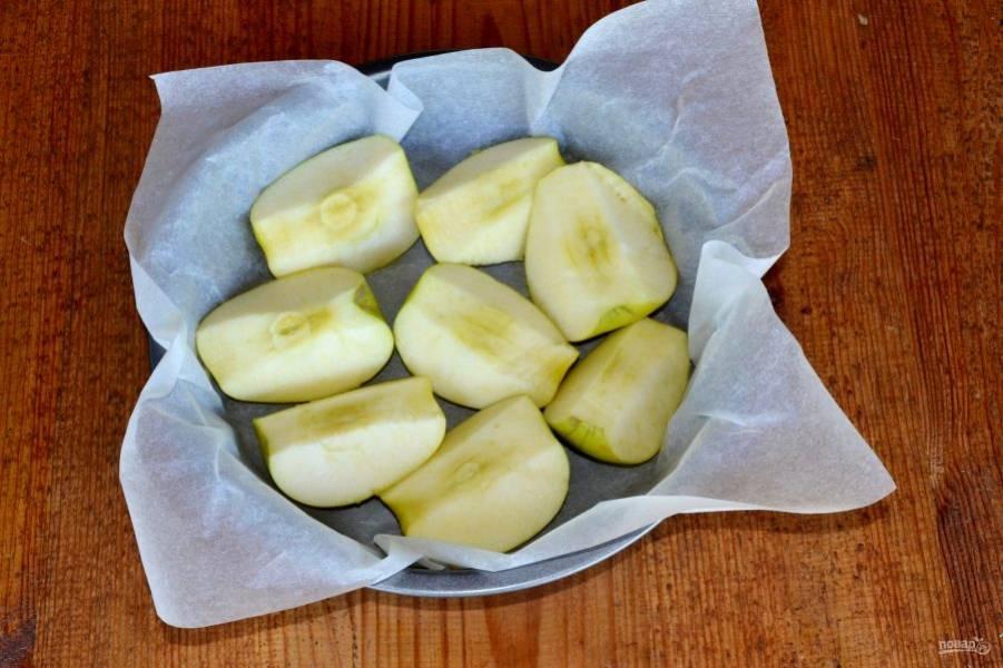 Первым делом займемся яблоками. Вымойте их, обсушите, разрежьте и удалите сердцевину. Выложите в жаропрочную форму и запекайте при температуре 180-190 градусов в течение 15 минут.