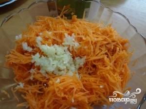 Чеснок чистим и измельчаем. Можно с помощью давилки, а можно растереть в ступке с солью. Затем добавляем его к морковке.