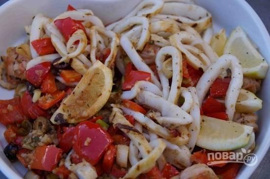 Нарезаем кальмаров и оливки, добавляем к овощам и креветкам. Добавим соль и перец по вкусу, поливаем лимонным соком.