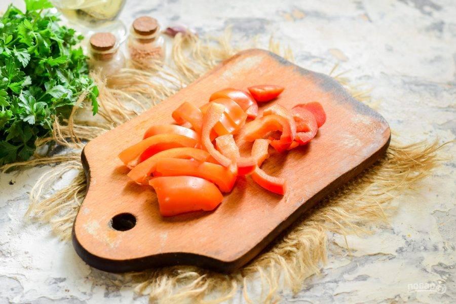 Сладкий перец очистите от семян и удалите перегородки. После нарежьте перец небольшими полосками.