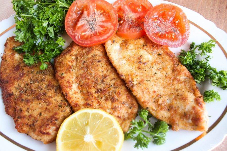 6.Переложите отбивные на бумажное полотенце, затем выложите на блюдо и подавайте со свежими овощами.