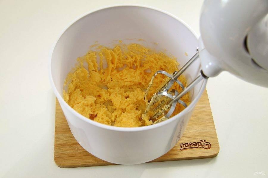 Мягкое масло, размягченное при комнатной температуре, взбейте с желтками до однородной воздушной массы.