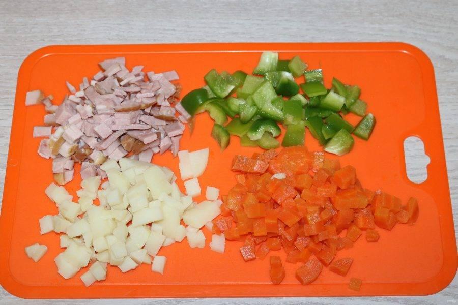 Картофель, морковь, перец и ветчину нарежьте кубиками.