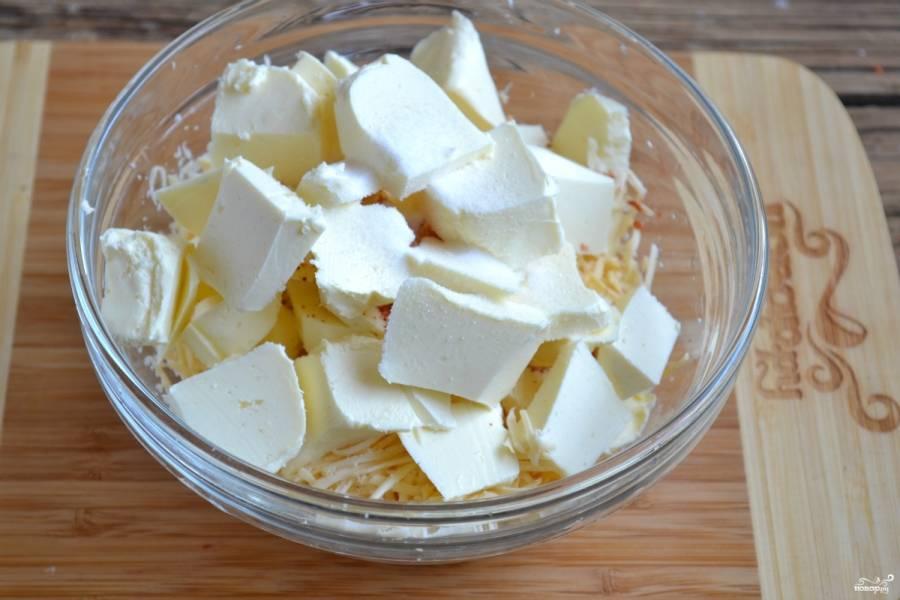 Смешайте сыр, охлажденное и порезанное на кубики сливочное масло, паприку и соль.