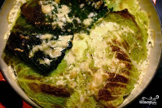 Достаем капустную запеканку из духовки, посыпаем ее тертым пармезаном, и не медля - к столу, пока не остыло. Приятного аппетита!
