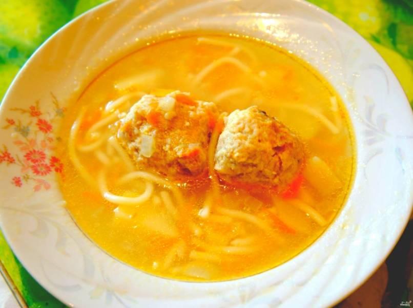 Еще через десять минут выключаем суп. Можно добавить зелень прямо в кастрюлю, а можно подать отдельно. Приятного аппетита!