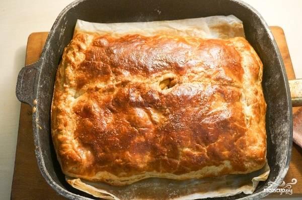 12. Запекается быстрый мясной пирог в домашних условиях около получаса до образования румяной корочки.
