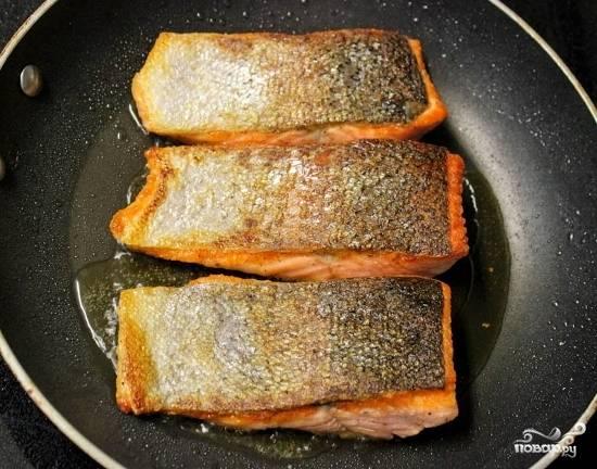 Переверните осторожно рыбу, (рыба нежная, поэтому старайтесь при переворачивании чтобы она не развалилась). Жарьте еще около 5 минут. Проткните вилкой рыбу в центре. Если она отслаивается легко, значит рыбка готова.