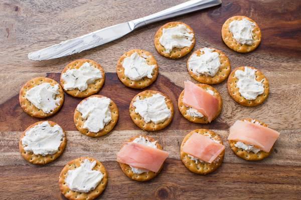 4. Семга с творожным сыром в домашних условиях может быть подана на крекерах или ломтиках багета. Хлеб предварительно лучше обжарить немного на сковороде и при желании взбрызнуть оливковым маслом. Крекер или хлеб намазать небольшим количеством творожного сыра и выложить ломтик рыбы.