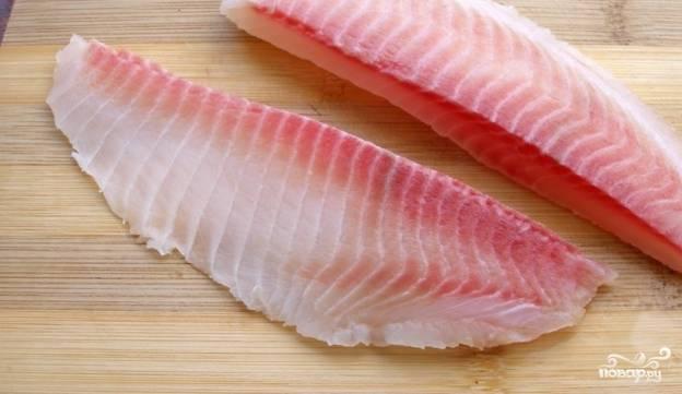2. Филе очистим от костей, если таковые имеются, и нарежем порционными кусками. Когда бульон закипит, поместим туда рыбу.