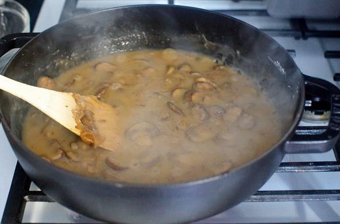 4. Через несколько минут можно влить на сковороду немного бульона и белого вина (это классический рецепт грибов, запеченных с макаронами, но при желании вино можно исключить). Посолить и поперчить по вкусу, добавить любимые специи.
