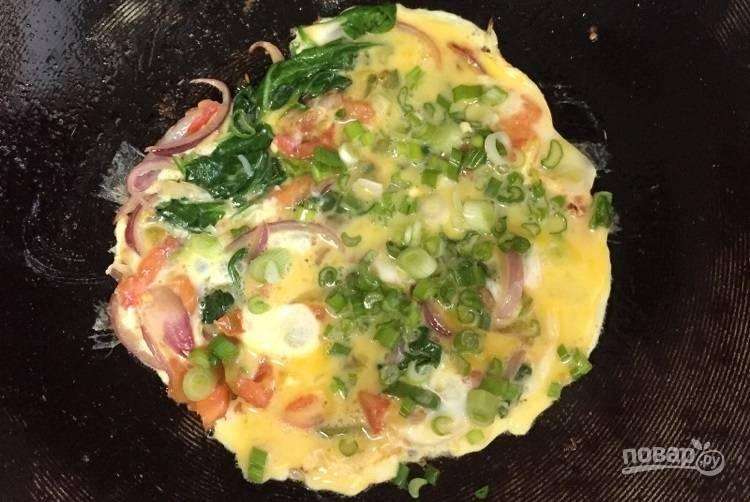5.Вылейте в сковороду к овощам яйца и добавьте мелко нарубленный лук.