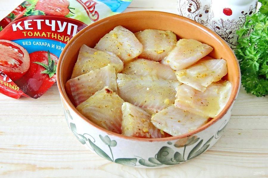 Уложите маринованную рыбу в форму для запекания.