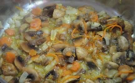 Разогрейте сковороду, на растительном масле обжарьте лук до мягкости, затем добавьте морковь и грибы. Соль и перец по вкусу.