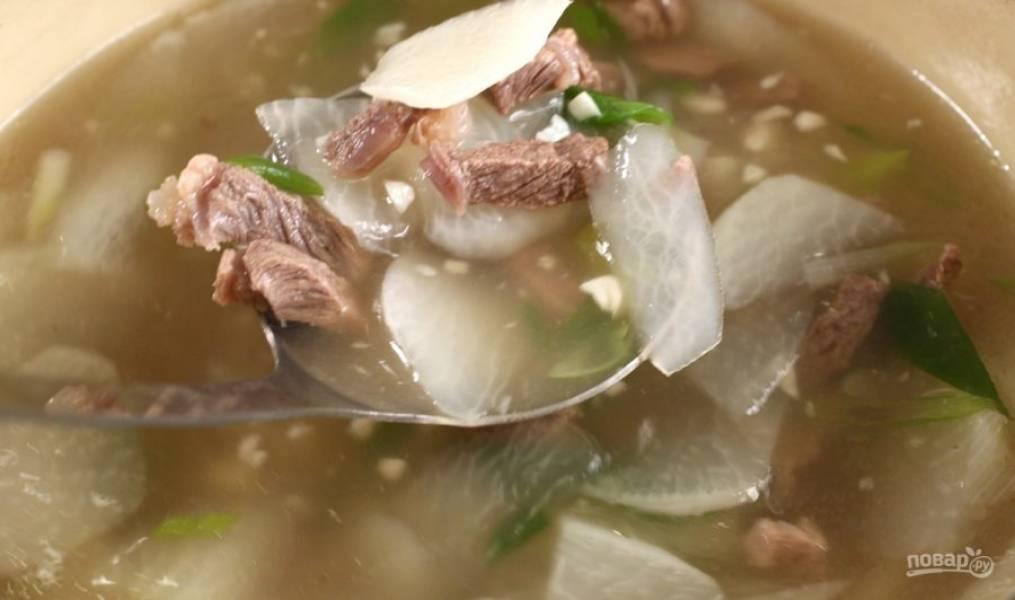 Варите суп до мягкости говядины, а затем снимите с огня и подайте горячим.