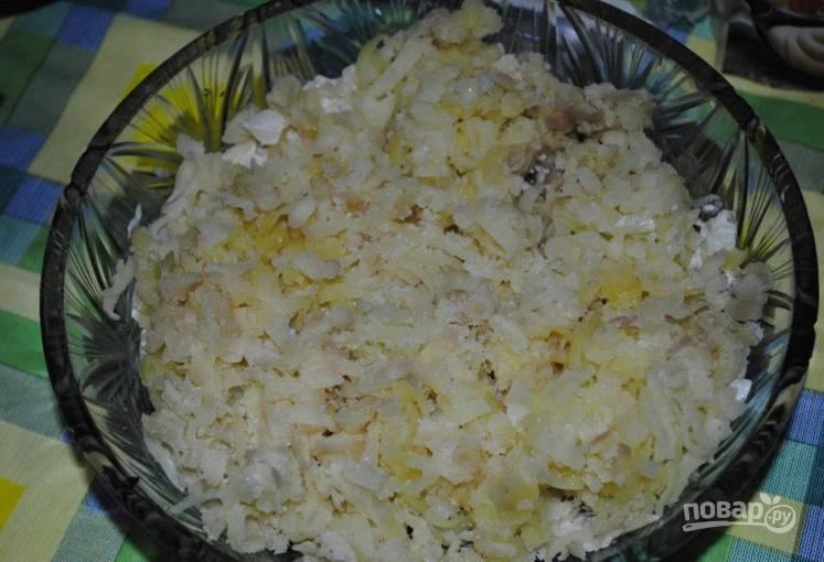 Отваренный картофель очищаем и трем на терке. Выкладываем поверх лука.