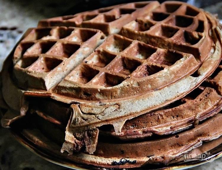 4.Выложите вафли в тарелку. Снова смажьте вафельницу маслом и вылейте тесто, выпекайте вафли до готовности.