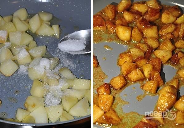4. Добавьте корицу и сахар. Жарьте, пока яблочки не станут красивого карамельного цвета. Готовую кашу снимите с огня, накройте крышкой и укутайте полотенцем. Оставьте настаиваться минут на 45-55.