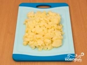 Картофель нарежьте кубиками, морковь и яйца натрите на средней тёрке. Огурец нарежьте кубиками размером, близким к размеру картофельных кубиков.
